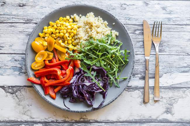 Prato de salada de arco-íris com bulgur — Fotografia de Stock