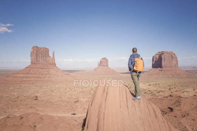 USA, Utah, man with backpack looking at Monument Valley — Stock Photo