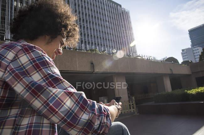 Hombre joven de mensajería en la ciudad, Madrid, España - foto de stock