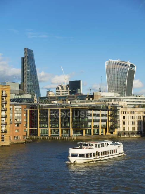 Англія, Лондон, міський пейзаж з сучасною архітектурою та теми річка — стокове фото