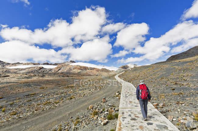 Turística de Peru, Andes, Cordilheira Blanca, Parque Nacional de Huascarán, caminhando em direção a geleira Pastoruri — Fotografia de Stock