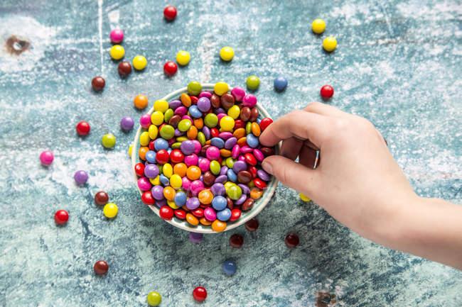Девушка берет шоколадную кнопку — стоковое фото