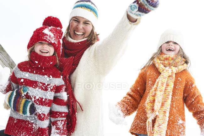 Madre e figlie si divertono in inverno — Foto stock