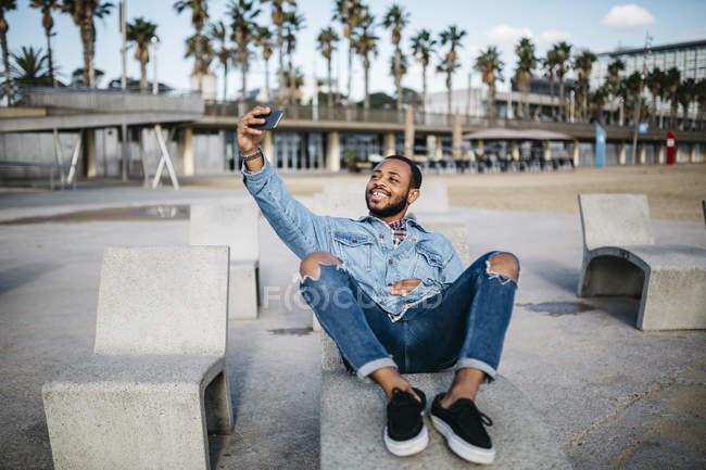 Spagna, Barcellona. Giovane viaggiatore che fa autoritratto con cellulare . — Foto stock