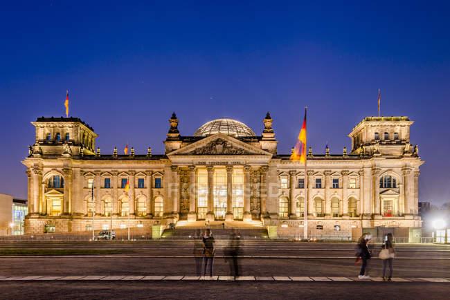 Німеччина, Федеральної столиці, Берлін вид будівля вночі парламенту — стокове фото