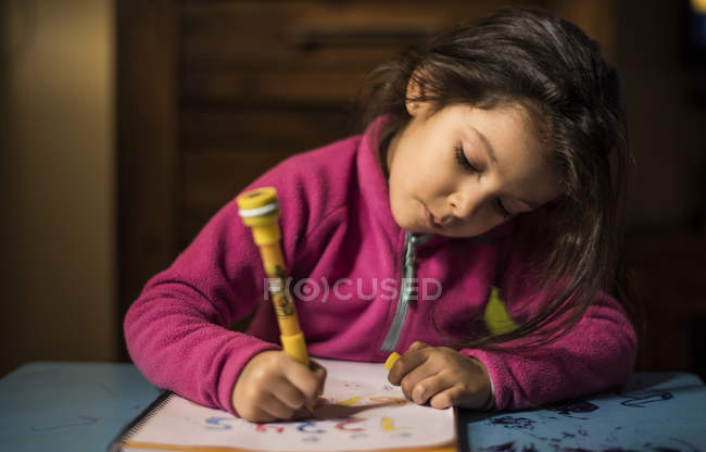 Dessin petite fille à la maison — Photo de stock