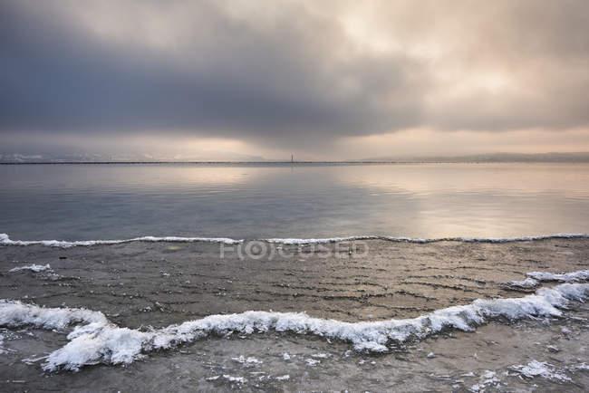 Riva di Germania, Baden-Wuerttemberg, Costanza distretto, Reichenau, gelido lago di Costanza — Foto stock
