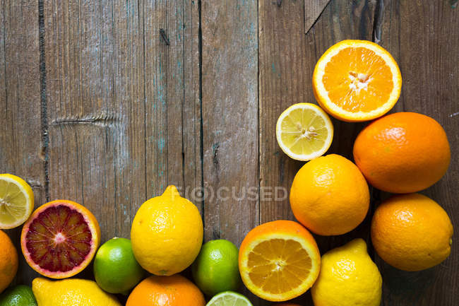 Top view of whole and sliced citrus fruits — Stock Photo