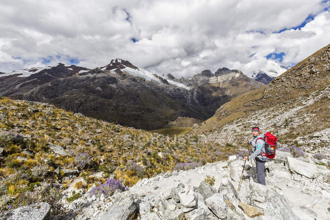 Peru, Andes, Cordilheira Blanca, Parque Nacional de Huascarán, turista, de caminhadas com vista ao Nevado Yanapaccha — Fotografia de Stock