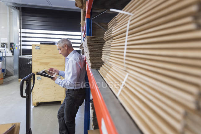 Homme d'affaires à l'aide de tablette — Photo de stock