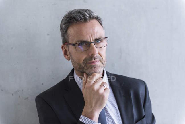Homme d'affaires en regardant la caméra — Photo de stock
