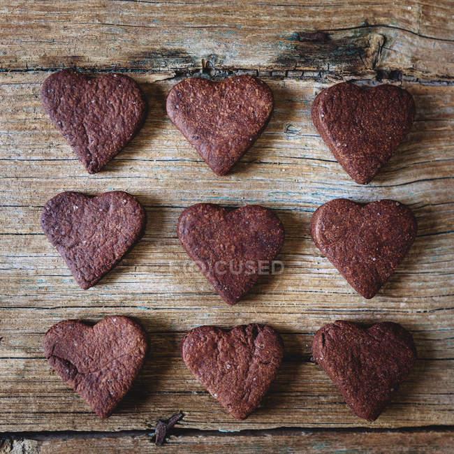 Biscuits au chocolat faits maison en forme de coeur sur bois — Photo de stock