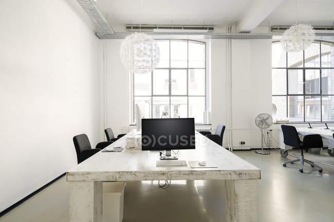 Интерьер современного агентского офиса с мебелью — стоковое фото