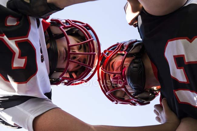Jogadores de futebol americano cara a cara durante um jogo — Fotografia de Stock