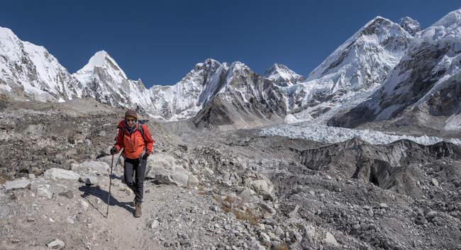 Donna che cammina al campo base Everest al giorno — Foto stock