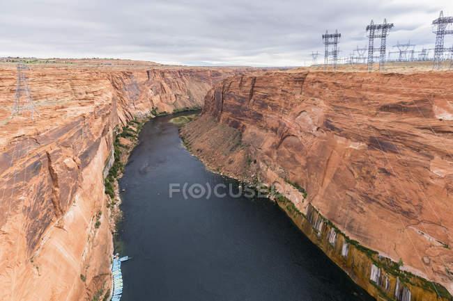 USA, Arizona, Colorado River, Lake Powell, Glen Canyon Dam, rafting boats and power pylons — Stock Photo