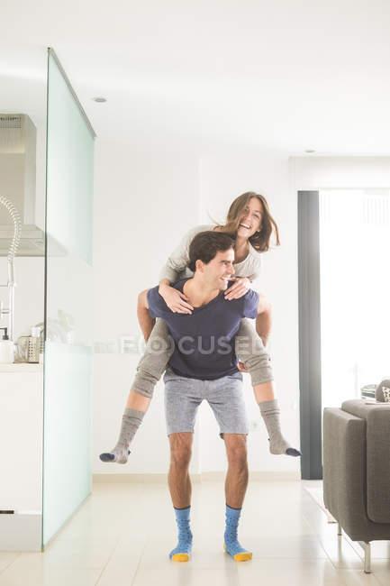 Man giving woman a piggybackk — Stock Photo