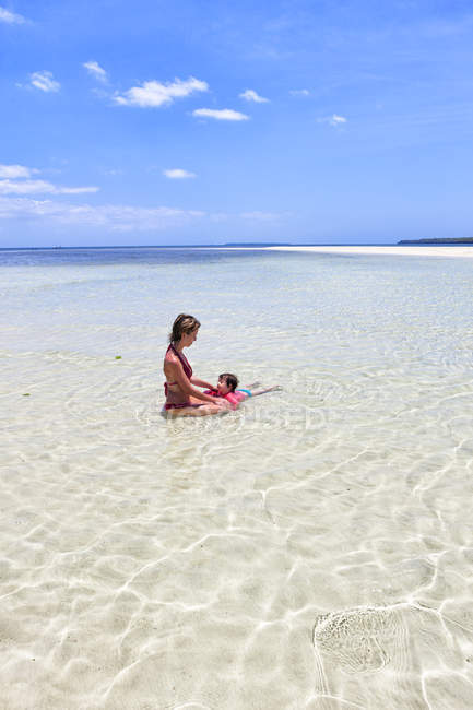 Tanzania, Zanzibar Island, Kwale, mother and little daughter relaxing in ocean — Stock Photo