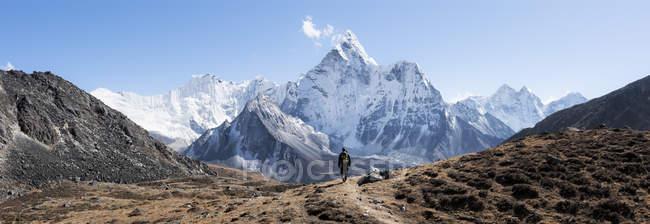 Nepal, himalaya, khumbu, Everest Region, kongma la, ama dablam, mann wandern in den Bergen — Stockfoto