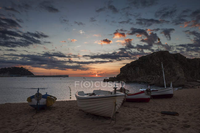 Spagna, Catalogna, Blanes, località turistica sulla Costa Brava, alba sulla spiaggia alle Baleari (Mediterraneo) Mare — Foto stock