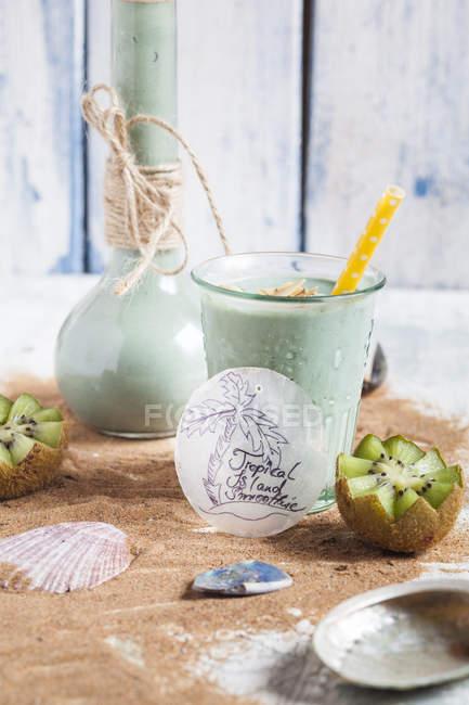 Azul batido en vaso con coco - foto de stock