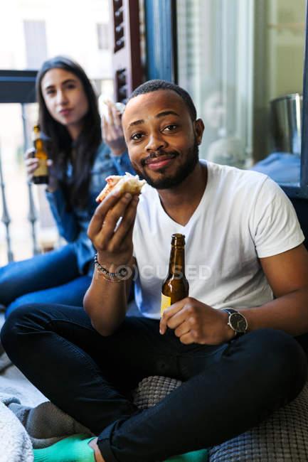Портрет молодих друзів з торти і пива — стокове фото