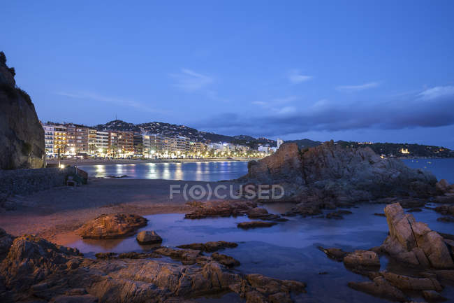Espanha, Catalunha, Lloret de Mar cidade na Costa Brava, praia e costa marítima à noite — Fotografia de Stock