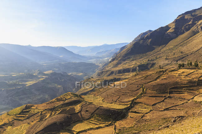 Paysage avec montagnes au coucher de soleil lumière Canyon de Colca, Chivay, Pérou, Colca Tal, Andes — Photo de stock