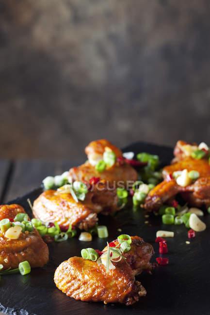 Alitas de pollo marinadas y asadas - foto de stock