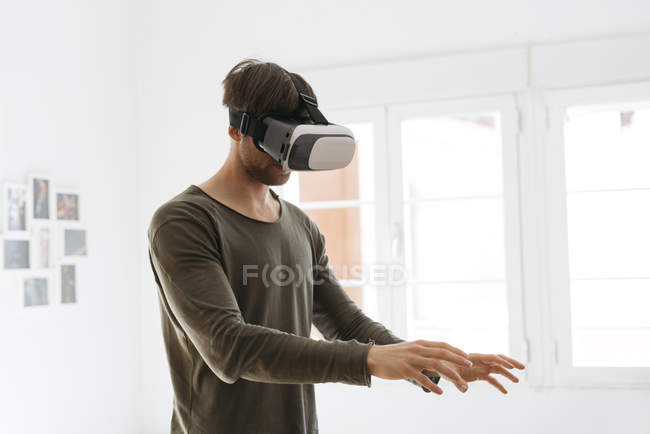 Man wearing virtual reality glasses — Stock Photo