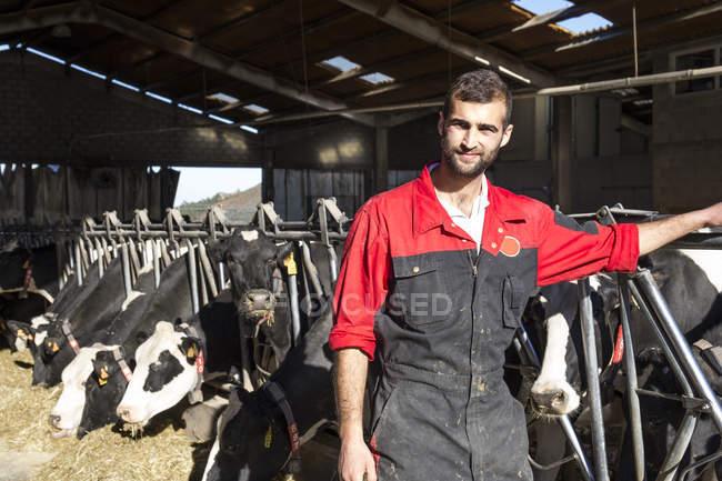 Porträt eines erwachsenen Bauern auf einem Kuhhof — Stockfoto
