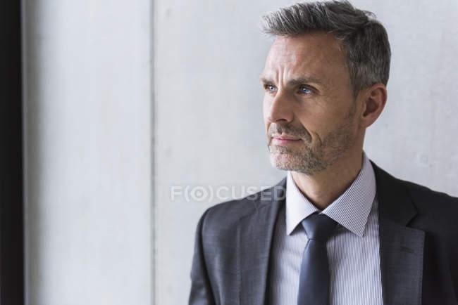 Бізнесмен дивиться вбік — стокове фото