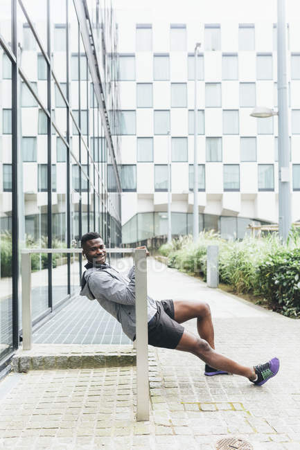 Молода людина робить push ups перед запуском програми — стокове фото