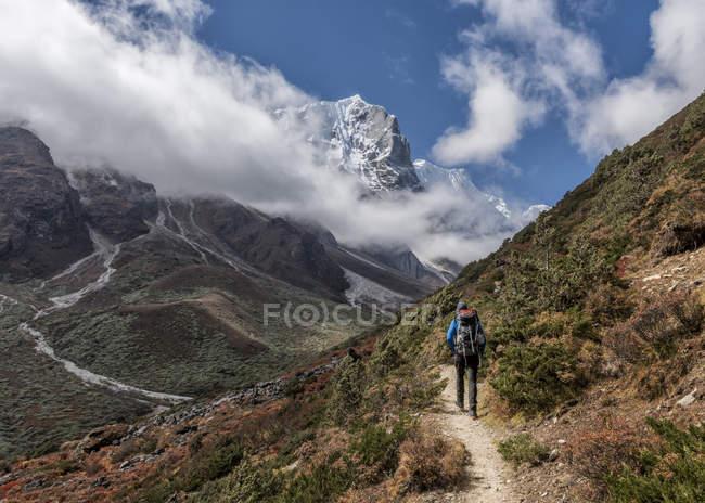 Туристы, пешком по mountainn тропе в дневное время — стоковое фото