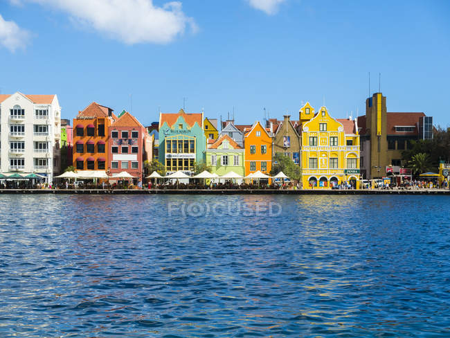 Caribbean, Antilles, Curacao, Willemstad, colorful houses at waterfront promenade — Stock Photo