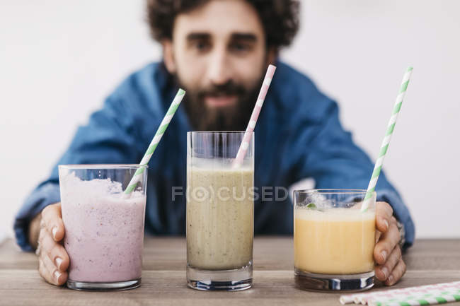 Man with healthy smoothies — Stock Photo