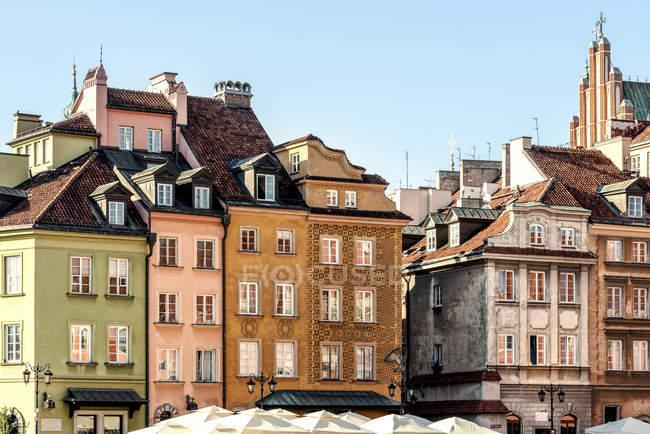 Polonia, Varsavia, colorati edifici tradizionali nel centro storico — Foto stock