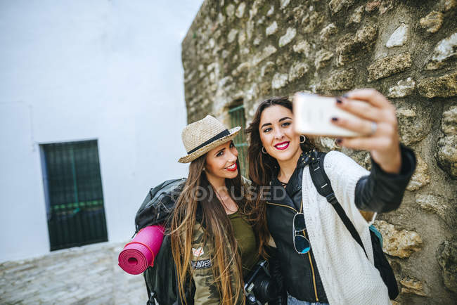 Young women taking a selfie with smartphone while travelling — Stock Photo