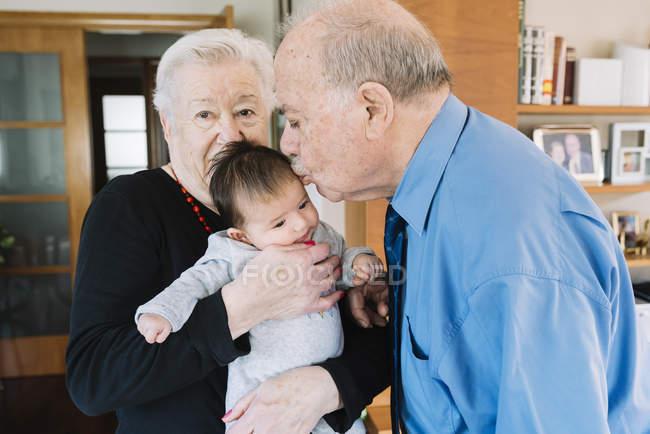 Urgroßeltern mit Baby zu Hause — Stockfoto