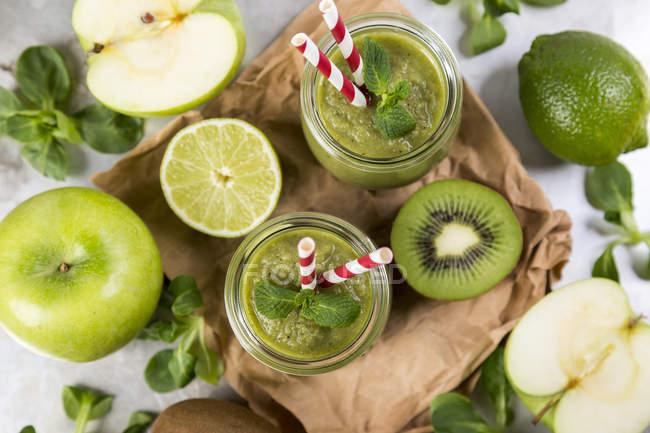 Детокс зеленый пюре и ингредиенты — стоковое фото