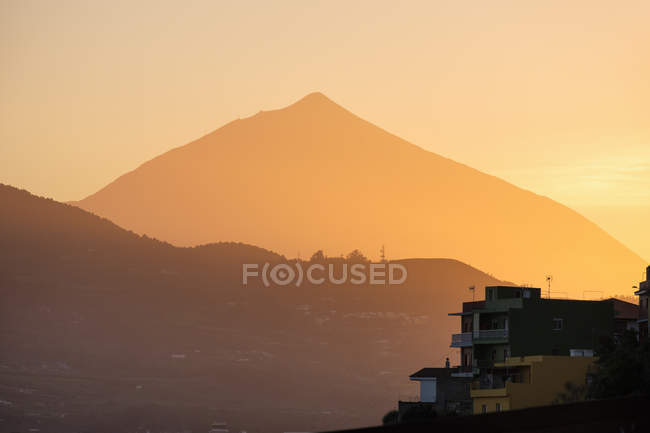 Sunset, Pico del Teide in the haze, Las Canteras at San Cristobal de La Laguna, Tenerife, Canary Islands, Spain — Stock Photo