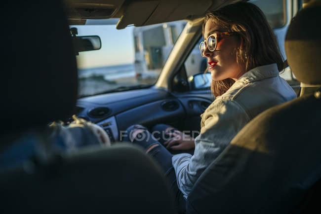 Cropped rear view of young women sitting in a car in Spain, Andalusia, Vejer de la Frontera — Stock Photo