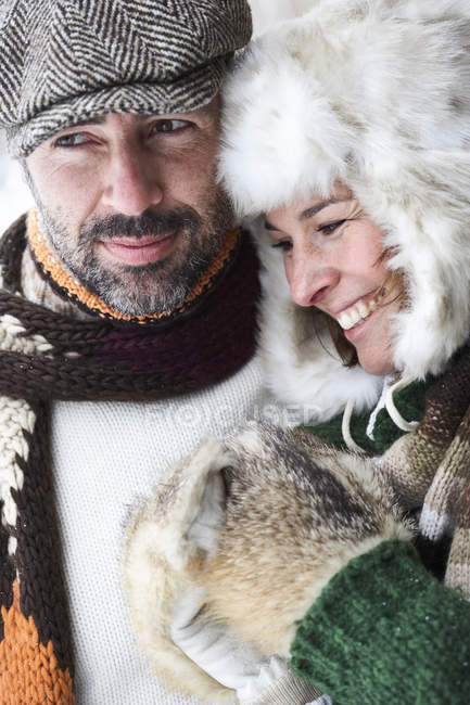 Пара в зимней моде — стоковое фото