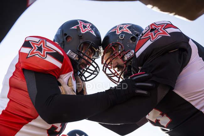 Jogadores de futebol americano durante um jogo — Fotografia de Stock