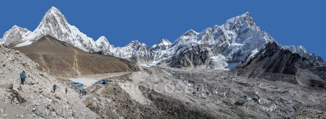 Népal, Himalaya, Khumbu, région de l'Everest, sommets montagneux Pumori et Nuptse — Photo de stock
