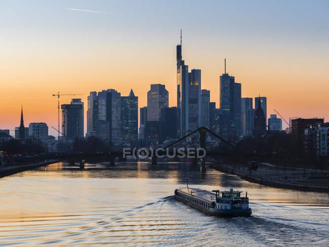 Міський пейзаж фінансового району з Франкфурта і човен захід сонця світлі, Німеччина, Європи — стокове фото