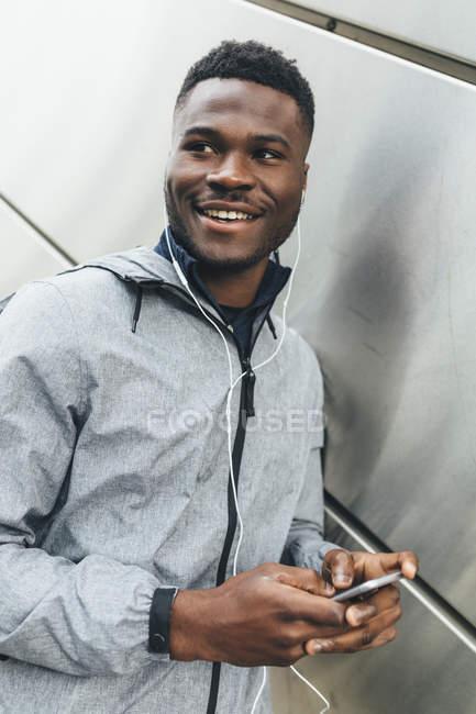 Afrikanische amerikanische Jogger mit smartphone — Stockfoto