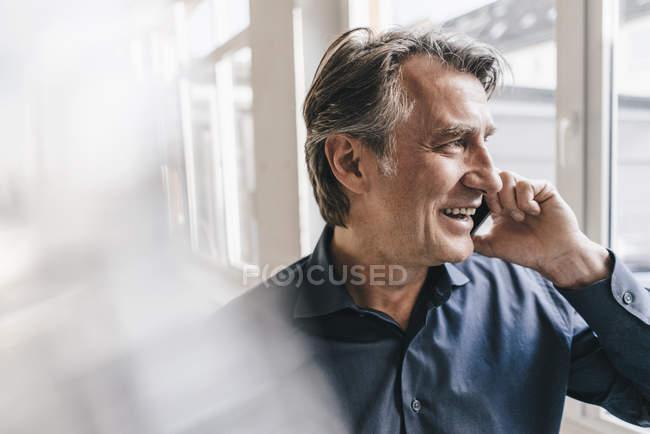 Empresário falando no celular — Fotografia de Stock