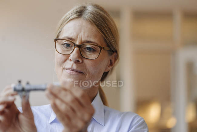 Businesswoman holding thing — Stock Photo