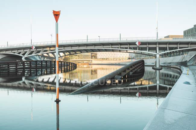 Німеччина, Берлін, Berlin-Mitte, міський пейзаж з сучасної архітектури і Наслідний Принц міст — стокове фото